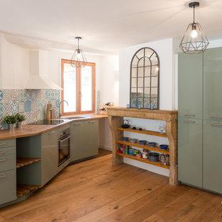 Idéer för avskilda skandinaviska linjära kök, med släta luckor, gröna skåp, träbänkskiva, flerfärgad stänkskydd, rostfria vitvaror, mellanmörkt trägolv och brunt golv