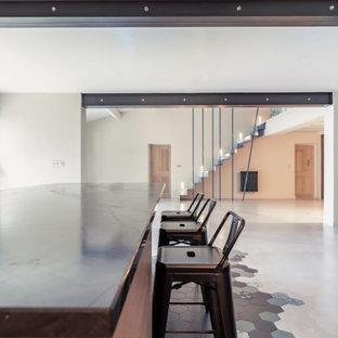 Foto på ett stort funkis grå kök, med släta luckor, skåp i ljust trä, grönt stänkskydd, rostfria vitvaror, klinkergolv i keramik, flera köksöar, blått golv och bänkskiva i kvartsit