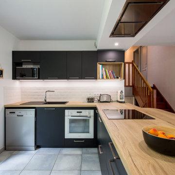 Rénovation d'une cuisine ouverte noire et bois