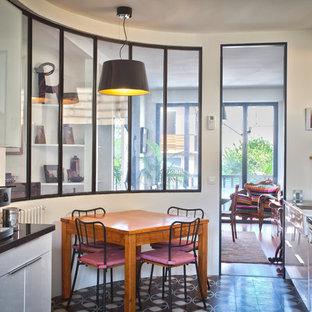 Immagine di una cucina minimal di medie dimensioni con lavello stile country, ante lisce, ante bianche e elettrodomestici bianchi