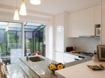 architecture grand espace petit budget dans une maison hangar. Black Bedroom Furniture Sets. Home Design Ideas