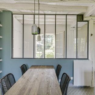 Новые идеи обустройства дома: большая отдельная, угловая кухня в стиле лофт с раковиной в стиле кантри, открытыми фасадами, светлыми деревянными фасадами, столешницей из бетона, зеленым фартуком, черной техникой, полом из цементной плитки, зеленым полом и серой столешницей без острова