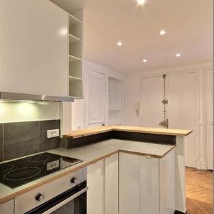 Foto di una cucina vittoriana con ante bianche, paraspruzzi grigio, elettrodomestici in acciaio inossidabile, pavimento grigio e top grigio