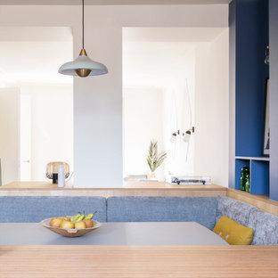 Inspiration för ett mellanstort funkis beige linjärt beige kök med öppen planlösning, med en enkel diskho, släta luckor, blå skåp, träbänkskiva, stänkskydd med metallisk yta, stänkskydd i trä, färgglada vitvaror, klinkergolv i keramik, en köksö och turkost golv