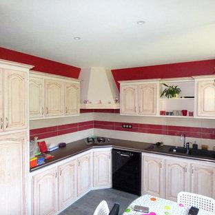 他の地域の中サイズのトランジショナルスタイルのおしゃれなキッチン (タイルカウンター、赤いキッチンパネル、黒い調理設備、ラミネートの床、グレーの床) の写真