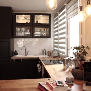 Inredning av ett industriellt mellanstort kök, med en dubbel diskho, träbänkskiva, vitt stänkskydd, stänkskydd i keramik, integrerade vitvaror, plywoodgolv och en halv köksö