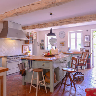 Farmhouse kitchen appliance - Example of a country kitchen design in Toulouse