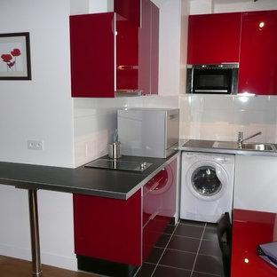 パリの小さいコンテンポラリースタイルのおしゃれなキッチン (アンダーカウンターシンク、インセット扉のキャビネット、赤いキャビネット、ラミネートカウンター、白いキッチンパネル、セラミックタイルのキッチンパネル、白い調理設備、セラミックタイルの床、アイランドなし、黒い床) の写真