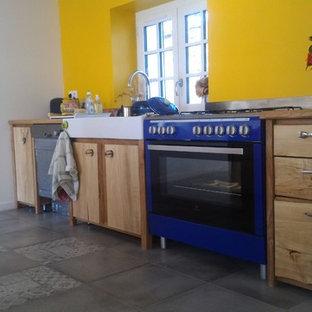ボルドーの中サイズのコンテンポラリースタイルのおしゃれなキッチン (シングルシンク、インセット扉のキャビネット、ステンレスキャビネット、木材カウンター、ベージュキッチンパネル、木材のキッチンパネル、シルバーの調理設備の、セメントタイルの床、アイランドなし、グレーの床) の写真