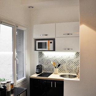 Aménagement d'une cuisine contemporaine en L fermée et de taille moyenne avec des portes de placard noires et aucun îlot.