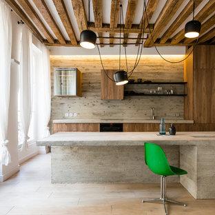 Inspiration pour une cuisine urbaine avec un placard à porte plane, des portes de placard en bois sombre, un plan de travail en béton, une crédence grise, un sol en bois clair, un îlot central, un sol beige et un plan de travail gris.