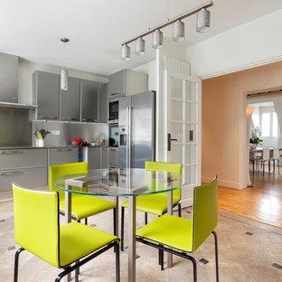 Cette image montre une grand cuisine design en L fermée avec un placard à porte plane et des portes de placard grises.