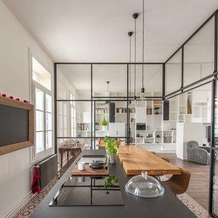 Esempio di una cucina industriale con isola e pavimento multicolore
