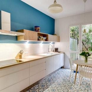 Foto di una grande cucina scandinava con top in laminato, paraspruzzi bianco, elettrodomestici da incasso, ante lisce, lavello a vasca singola, paraspruzzi con piastrelle in ceramica, pavimento con piastrelle in ceramica, nessuna isola e ante bianche
