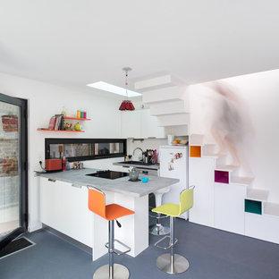 Inspiration pour une cuisine ouverte parallèle nordique de taille moyenne avec un placard à porte plane, des portes de placard blanches et une péninsule.