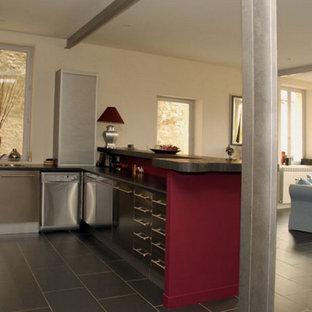 Esempio di una cucina minimal di medie dimensioni con lavello a doppia vasca, ante in acciaio inossidabile, top in laminato, pavimento con piastrelle in ceramica, paraspruzzi rosa e pavimento nero