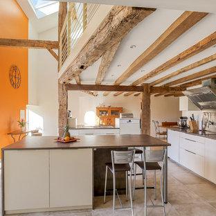 Inspiration pour une grand cuisine méditerranéenne en U avec un sol en carrelage de céramique, un sol beige, un placard à porte plane, des portes de placard blanches, 2 îlots et un plan de travail marron.