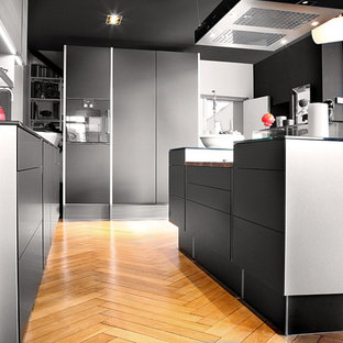Southwestern kitchen inspiration - Southwest l-shaped kitchen photo in Strasbourg with black cabinets and an island