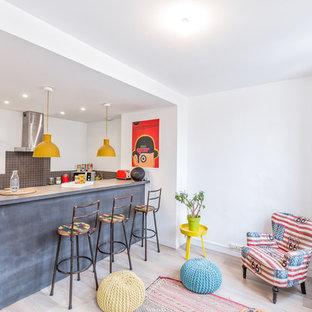 Idées déco pour une petite cuisine ouverte contemporaine avec un sol en bois clair, une crédence grise, une crédence en mosaïque et une péninsule.