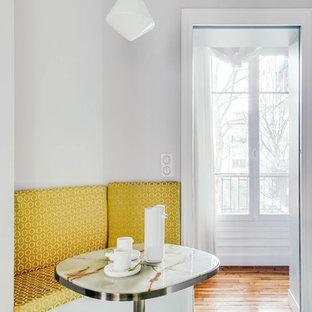 パリの中サイズのトランジショナルスタイルのおしゃれなキッチン (アンダーカウンターシンク、フラットパネル扉のキャビネット、白いキャビネット、珪岩カウンター、黄色いキッチンパネル、テラコッタタイルのキッチンパネル、パネルと同色の調理設備、セメントタイルの床、アイランドなし、緑の床、白いキッチンカウンター) の写真