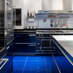 Неиссякаемый источник вдохновения для домашнего уюта: отдельная, угловая кухня среднего размера в современном стиле с фасадами из нержавеющей стали, островом и синим полом