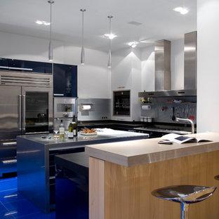Inspiration för ett mellanstort funkis kök, med en undermonterad diskho, släta luckor, blå skåp, blått stänkskydd, rostfria vitvaror och en köksö