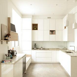 Exemple d'une grand cuisine tendance en L avec un évier intégré, un placard à porte plane, des portes de placard blanches, un plan de travail en marbre, une crédence blanche, une crédence en carreau de céramique, un électroménager blanc, un sol en carrelage de céramique, 2 îlots, un sol gris et un plan de travail blanc.
