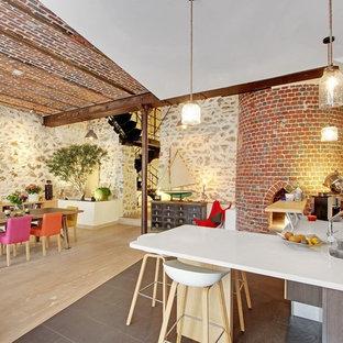 Создайте стильный интерьер: большая кухня в средиземноморском стиле с двойной раковиной, островом, серым полом и белой столешницей - последний тренд