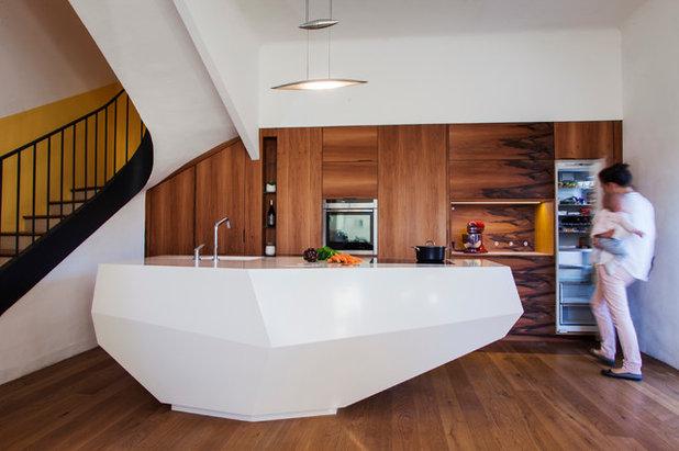 Facettenreich: eine futuristische kücheninsel aus mineralwerkstoff