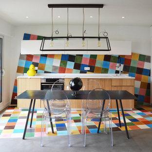 Réalisation d'une petite cuisine linéaire design avec une crédence multicolore, une crédence en carreau de ciment, un évier posé, un placard à porte plane, des portes de placard en bois brun, béton au sol, aucun îlot et un plan de travail en inox.