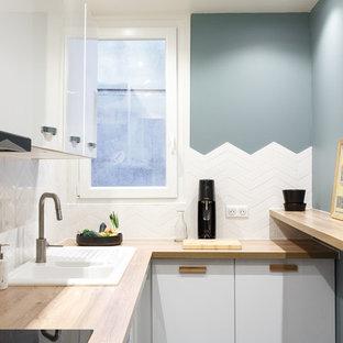 Idées déco pour une petite cuisine scandinave en L avec un évier posé, un placard à porte plane, des portes de placard blanches, un plan de travail en bois, une crédence blanche et un plan de travail beige.