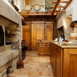 Cette image montre une cuisine rustique en L fermée avec un placard à porte affleurante, des portes de placard en bois clair et aucun îlot.