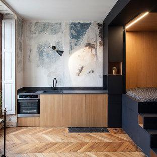 Idee per una piccola cucina boho chic con lavello da incasso, ante lisce, ante in legno scuro, elettrodomestici in acciaio inossidabile, pavimento in legno massello medio e nessuna isola