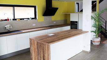 Une cuisine mise en valeur grâce à ses murs jaunes