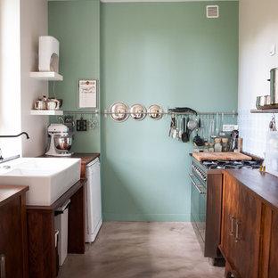 Immagine di una cucina parallela minimal chiusa e di medie dimensioni con lavello stile country e nessuna isola