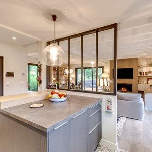 Une cuisine vue sur le salon