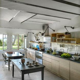 Exemple d'une grande cuisine américaine linéaire tendance avec des portes de placard en bois clair et un îlot central.
