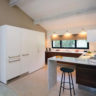 Aménagement d'une cuisine ouverte contemporaine en U de taille moyenne avec des portes de placard blanches, un évier encastré, un plan de travail en marbre, une crédence blanche, une crédence en marbre, un sol en carrelage de céramique et un plan de travail blanc.