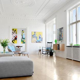 Inspiration för ett stort skandinaviskt vardagsrum, med vita väggar och ljust trägolv