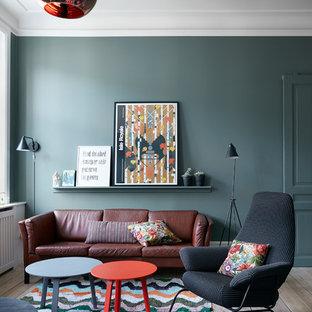 コペンハーゲンの北欧スタイルのおしゃれなリビング (緑の壁、淡色無垢フローリング、茶色い床) の写真