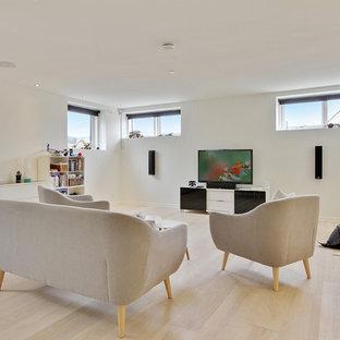 Diseño de salón cerrado, nórdico, de tamaño medio, con paredes blancas, suelo de madera clara y suelo beige