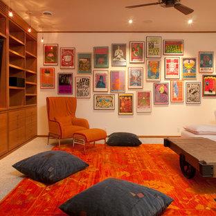 Ispirazione per un soggiorno stile americano chiuso con pareti bianche, moquette, parete attrezzata e pavimento grigio