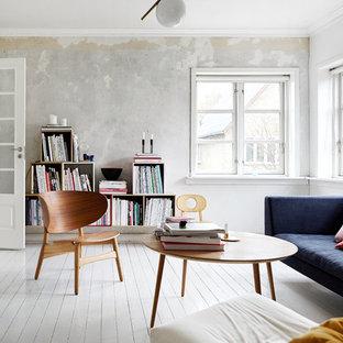 Mittelgroßes, Abgetrenntes Skandinavisches Wohnzimmer mit grauer Wandfarbe, gebeiztem Holzboden und weißem Boden in Aarhus