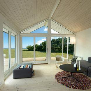 Ejemplo de salón para visitas abierto, minimalista, de tamaño medio, sin chimenea y televisor, con paredes blancas y suelo de madera pintada