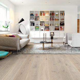 Bild på ett mellanstort funkis separat vardagsrum, med vita väggar och ljust trägolv