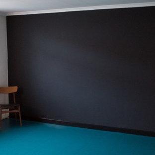 Inspiration för ett eklektiskt vardagsrum, med svarta väggar och turkost golv