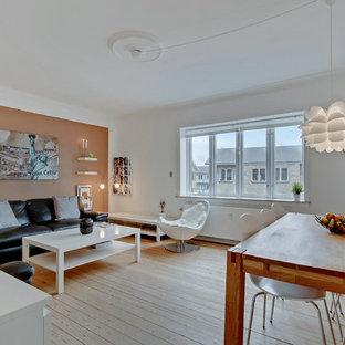 Foto de salón abierto, nórdico, con parades naranjas y suelo de madera clara