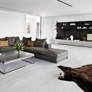 Exemple d'un grand salon scandinave ouvert avec une salle de réception, un mur blanc, un sol en bois peint, aucune cheminée et aucun téléviseur.
