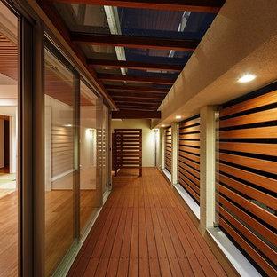 Cette image montre une grande terrasse minimaliste avec jupe de finition.