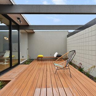 Example of a midcentury modern side yard deck design in San Francisco
